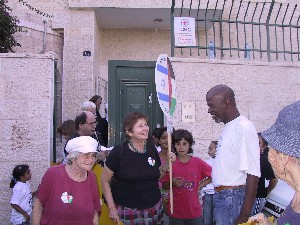 "Gush activist Hava Keller, ""mother of the female prisoners"", with a representative of the families at the entrance of the Red Cross office"