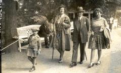 משמאל, עם משפחתו בגרמניה, 1930