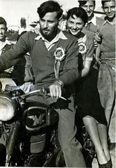 """עורך """"העולם הזה"""", 1951, במרוץ האופנועים"""